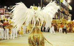 Ellen Roche, rainha de bateria da Porto da Pedra, durante desfile na Sapucaí.