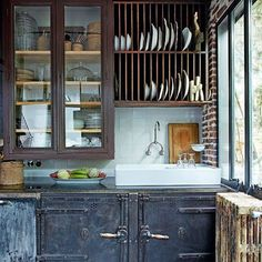 A small recycled kitchen. A dish rack over sink makes a lot of sense. Those latching doors would make tiny house travel easier too.   Une cuisine sous le signe de la récup'