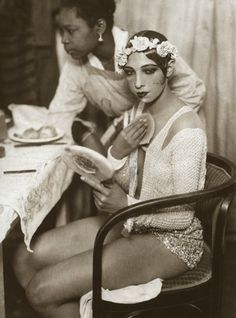 Hotness. Josephine Baker in the dressing room of the Johann Strauss Theatre in Vienna. 1928. theatres, johann strauss, icon, vienna, josephine baker, dressings, josephin baker, applying makeup, bakers
