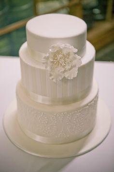 white wedding cake, simple classic cake, www.styleandbride.com