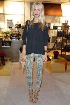 jean, printed pants, outfit, red lips, dark lips, poppy delevingne, poppi, shoe, summer clothes