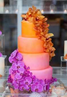gâteau de marriage orange et mauve avec cascade de fleurs / orange and purple wedding cake with cascade of flowers.