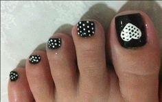 Super cute polka dot toenails