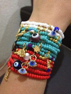 set de pulseras de chaquira, dijes de la buena suerte y ojos para la mala vibra... varios colores!!!!!!