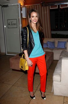 Jessica Alba goes for color blocking+neon! The result is amazing.