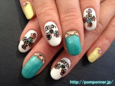 It is a nail in the design of the cross and skulls of the flower with the impact. The flower will have been coloring in one colorful one. I have put together in a healthy nail color of yellow and green.