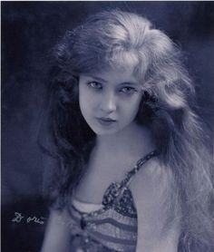 Doris Eaton Travis (1904 – 2010) began her career at age 14 as a Ziegfeld Girl. She lived to be 106. vintag, face, eaton travi, ziegfeld girl, beauti, ziegfeld folli, photo, ziegfield girl, dori eaton