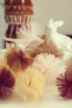 #DIY tulle pom poms as a #garland