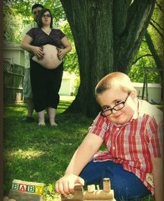 awkward pregnancy photo --- This is SO awful. What were they thinking?! Hahaha.