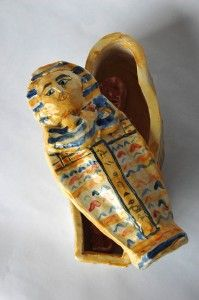 With the technique of slabs of clay here is an activity for the children of the Primary School on the subject of Ancient Egypt. The realization of a box-sarcophagus  with a mummy inside!