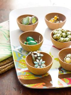 Organize your jewelry with kitchen items - little wooden bowls and a melamine tray. Too cute. (From #BHG.)