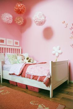 this pink girl room makes me think that it would be lovely in A's room - and with the different shades I think it's pretty!