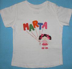 Camiseta personalizada con dibujo de nena y nombre en globitos. info@elbauldepipo.es