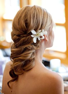 Gorgeous bridal hair with fresh flower accents. #novia #vestido #boda