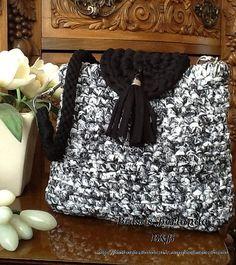 NM01. Bolso color Negro jaspeado combinado con color Negro, para llevar colgado del hombro. Está forrado y el cierre es con imán. El asa se puede desmontar para facilitar el lavado.