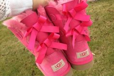 pink bow uggs. ♡
