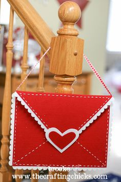 DIY Felt Valentine Envelopes a la Pottery Barn Kids. This would be great for collecting all those Valentines from friends.