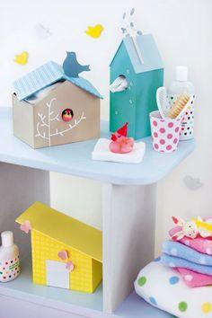 Maisonnettes en carton comme des nichoirs à oiseaux pour ranger les accessoires de salle de bains