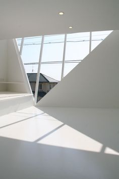 This house sits on a hill overlooking the city of Fujieda to the south and Eboshiyama (a mountain) to the north. The angled south-facing triangular window, which is the signature of the house, allows to control the sunlight into the living/dining area on the second floor throughout the four seasons of the year. (Atsushi and Mayumi Kawamoto of mA-style)