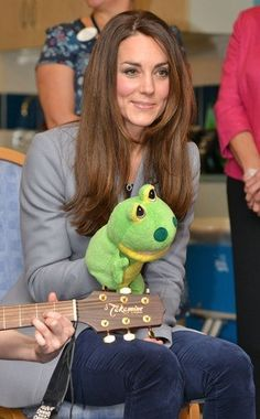 Kate middleton at shooting star hospice Kate singing along with kids while holding a green animal puppet on her hand