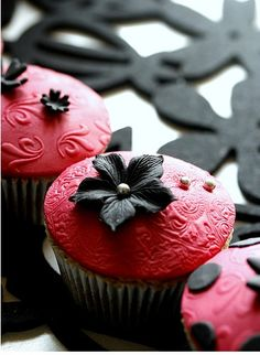 redblack, engagement parties, chocolate cupcakes, modern victorian, black flowers, pink, little flowers, red black, fondant cupcakes