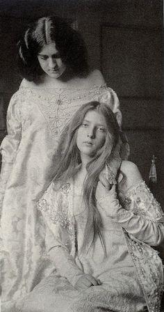 Sisters 1900