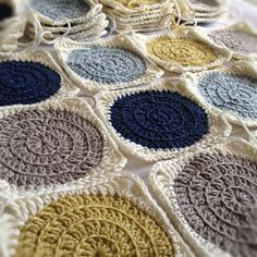 #Free Pattern/Tutorial; crochet; Retro Circles Blanket - very detailed tutorial  ~~