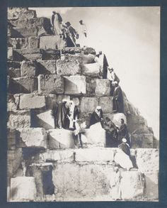 Ascenso a la Gran Pirámide . Necrópolis de Guiza (Egipto). Archivo fotográfico. Colección general (formatos grandes).  http://aleph.csic.es/F?func=find-c&ccl_term=SYS%3D000088131&local_base=ARCHIVOS