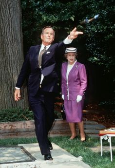 """Queen Elizabeth II and U.S. Presidents Past and Present---When George H.W. Bush welcomed the queen to the White House in 1991, it was not the president but his son who stole the show. George W. Bush is said to have told the queen he was the """"black sheep"""" of his family, then asked, """"Who's yours?"""" In this photo from May 14, 1991 Queen Elizabeth II looks on as President George H.W. Bush tosses a horseshoe in Washington. (Tim Graham/Getty Images)"""