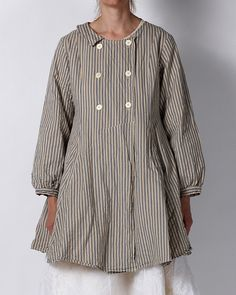 Simple cut striped twillsmock coat with pocket in front. A very flattering model. 100 % cotton