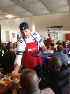 Jason Witten serving meals donated by Albertsons Market at a local Salvation Army DFW event for Thanksgiving.