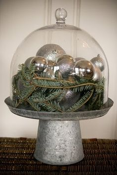 Cake stand, a glass dome, some christmas ornaments and greens....easy christmas decor for next year on my bookshelf!!!