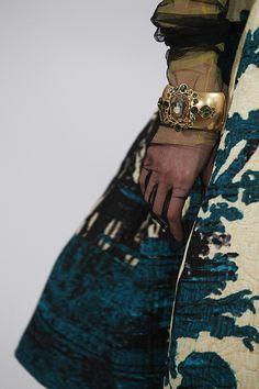 Lace gloves with cuff. Oscar de la renta