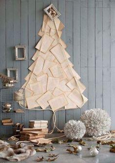 Con hojas de libros y una cuerda. Árbol de navidad alternativo