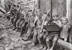 Italian Vintage Photographs ~ #Italy #Italian #vintage #photographs ~ BAMBINI che salutano col pugno chiuso. Fotografia di Ando Gilardi (parte della mostra Olive e bulloni .