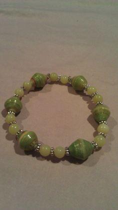 Paper bead bracelet- gorgeous finish on these beads, so shiny! Bijuterias com revistas - Reciclagem com Papel - Faça você mesmo!