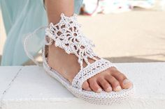 I love the crochet lace motifs on these crochet sandals. Strappy Sandals - Media - Crochet Me~~