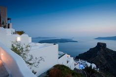 Majestic Hotel Overlooking the Fabulous Santorini Caldera  ....tis gives me a very calm feeling