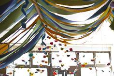 Un precioso techo de color con cintas anchas / A colourful ceiling done with wide ribbon