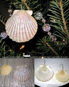 Adornos de navidad con conchas:http://www.manualidadesinfantiles.org/adornos-de-navidad-con-conchas/