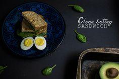 SANDWICH DE AGUACATE, ATUN, HUEVOS, ESPINACA Y MOSTAZA (CLEAN EATING) sandwich de