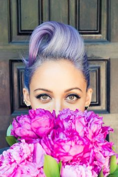Nicole Richie w lavender hair and pink bouquet