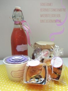 Erdbeerlimes, Beerenbuttermilchmuffins, mazerierte Erdbeeren, bunte Beerenkonfitüre