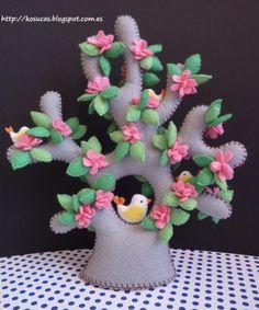 Kosucas: Arbol de fieltro, parte 2.  This is a charming little felt tree with flowers and a sweet birdie.