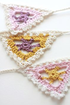Gehaakte vlaggetjes/Lacy bunting - link to free crochet pattern in blogpost