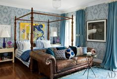 Contemporary blue #bedroom with a wooden four poster bed with a tufted leather sofa  -  by Sig Bergamin Arquitetura in São Paulo, Brazil