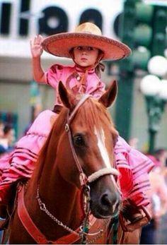 """Saludando Mexican """"escaramuza"""" girl ."""