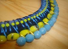 detalle collar étnico azul