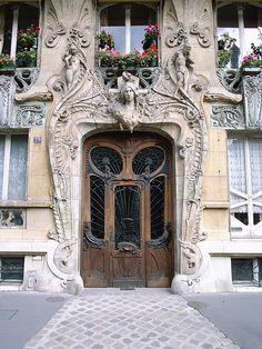 Art-Novueau doorway on Avenue Rapp, Paris, France (by stevecadman).