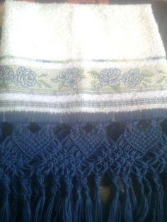 toalha de lavabo branca e macrame azul